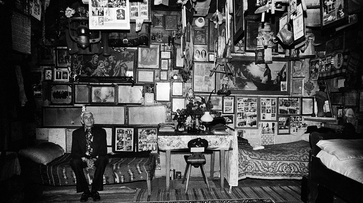 """collecting and hoarding The telltale signs of excessive collecting transforming into compulsive hoarding can be stunning for friends and family """"the signs you can see that it has gone from just a lot of clutter to hoarding is that, for example, the plumbing isn't working or they don't want someone to come over because the piles are too high and it's too."""